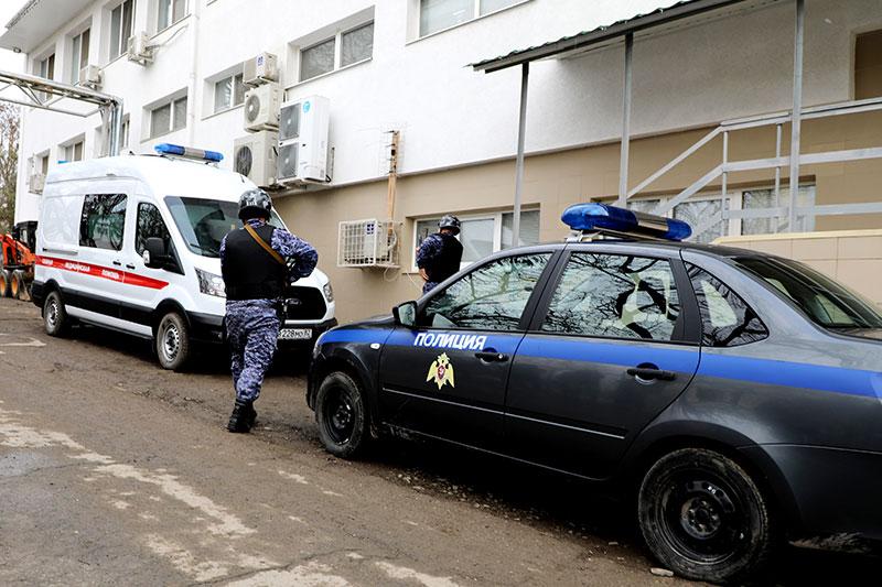Журналисты увидели, как росгвардейцы обеспечивают безопасность работы бригад скорой помощи в Симферополе (видео)
