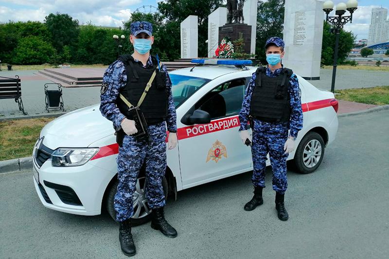В Челябинске росгвардейцы пресекли попытку дебошира воспрепятствовать работе врачей скорой помощи
