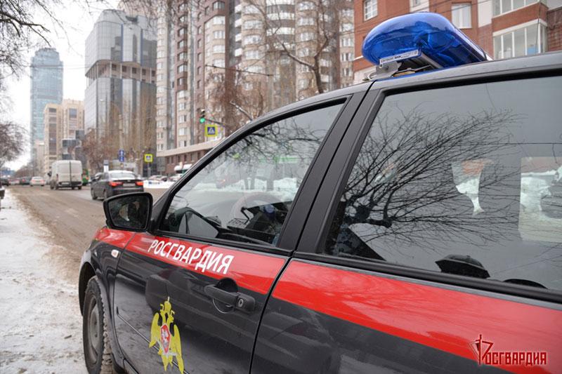 В Екатеринбурге росгвардейцы по горячим следам задержали подозреваемого в угоне иномарки